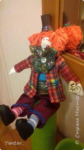 Безумный Шляпник - любимый герой дочери. Книга об Алисе зачитана ею до дыр )) Сейчас осваивает на языке оригинала. Ну, и конечно, в исполнении Джонни Деппа любит этого героя очень. Решила её порадовать ко Дню рождения и сшила такую куклу. фото 5