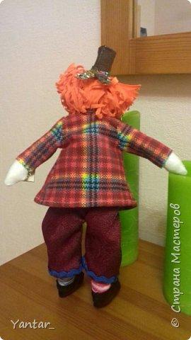Безумный Шляпник - любимый герой дочери. Книга об Алисе зачитана ею до дыр )) Сейчас осваивает на языке оригинала. Ну, и конечно, в исполнении Джонни Деппа любит этого героя очень. Решила её порадовать ко Дню рождения и сшила такую куклу. фото 3