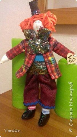 Безумный Шляпник - любимый герой дочери. Книга об Алисе зачитана ею до дыр )) Сейчас осваивает на языке оригинала. Ну, и конечно, в исполнении Джонни Деппа любит этого героя очень. Решила её порадовать ко Дню рождения и сшила такую куклу. фото 1