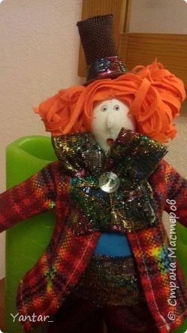 Безумный Шляпник - любимый герой дочери. Книга об Алисе зачитана ею до дыр )) Сейчас осваивает на языке оригинала. Ну, и конечно, в исполнении Джонни Деппа любит этого героя очень. Решила её порадовать ко Дню рождения и сшила такую куклу. фото 2
