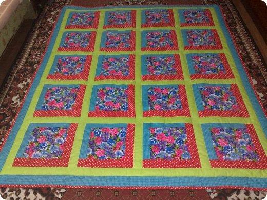 """Одеяло самое простое, как говорят: """"Первый класс, первая четверть"""". Опять """"сломалась"""" схема раскладки квадратов, поэтому по соседству много """"однофамильцев"""". :-))) Одеяло шилось для девочки. Размер одеяла - 150х180 см. фото 12"""