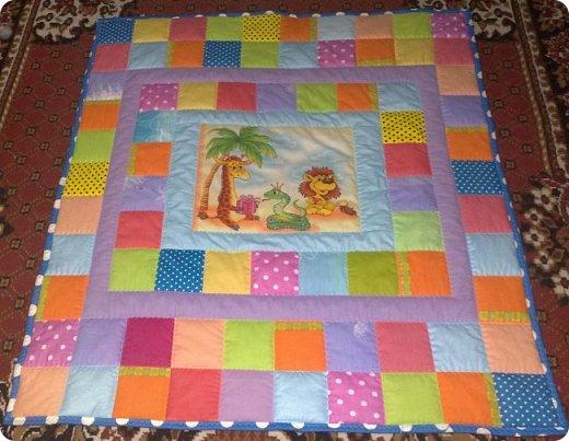 """Одеяло самое простое, как говорят: """"Первый класс, первая четверть"""". Опять """"сломалась"""" схема раскладки квадратов, поэтому по соседству много """"однофамильцев"""". :-))) Одеяло шилось для девочки. Размер одеяла - 150х180 см. фото 14"""