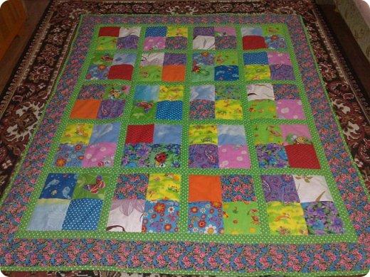 """Одеяло самое простое, как говорят: """"Первый класс, первая четверть"""". Опять """"сломалась"""" схема раскладки квадратов, поэтому по соседству много """"однофамильцев"""". :-))) Одеяло шилось для девочки. Размер одеяла - 150х180 см. фото 1"""