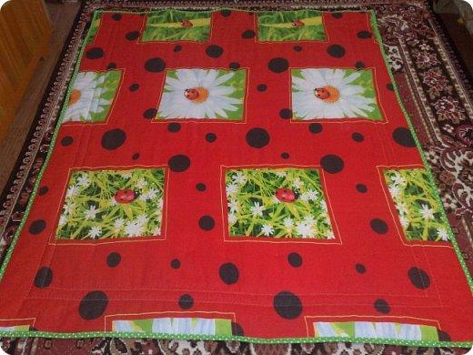 """Одеяло самое простое, как говорят: """"Первый класс, первая четверть"""". Опять """"сломалась"""" схема раскладки квадратов, поэтому по соседству много """"однофамильцев"""". :-))) Одеяло шилось для девочки. Размер одеяла - 150х180 см. фото 2"""