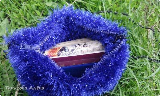 Добрый день!!! от скуки решила связать сумочку в подарок маме, изначально панировалась обычная сумка с красивым узором и украшенная вязаными цветами, но мама настояла на своем т.к. хотела она себе сумку именно такого типа. фото 5