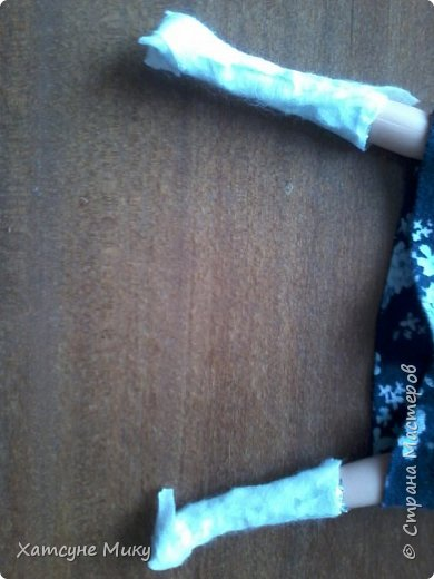 Возьмите 2 примерно одинаковых куска фольги  (отмеренных по ноге Барби) фото 4