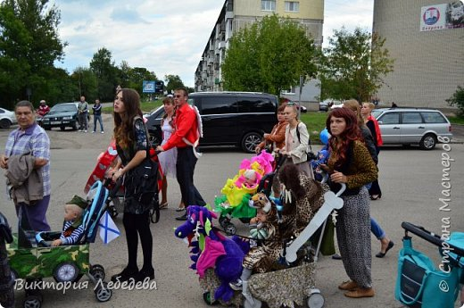 Здравствуйте, жители Страны Мастеров. Парад колясок, в котором мы участвовали, был в прошлом году. Но скоро в каждом городе они пройдут опять, и ,может, какой-нибудь семье мы поможем с идеей для вдохновения. Мы живем в самом западном регионе страны - в Калининградской области, городе Гвардейке. Парад проходил в День Города, и поэтому, мы решили выразить любовь нашему городу в форме сердца коляски. Сам процесс частично был сфотографирован, но материалы пропали. Остались только фотографии мероприятия. Скажу только, что сердце вырезали из больших коробок( от холодильника, склеивались между собой тоже картонными коробками, затем всё сердце обклеивали самоклеящаейся плёнкой, украшали цветами из салфеток, вырезанными буквами из плёнки той же, а также обтянули красной тканью колясочку. фото 7