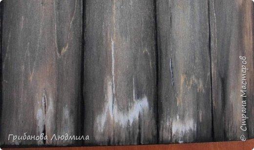 Добрый день. Имитация деревянной поверхности по МК Раушании Нуретдиновой. Ссылка на МК https://www.youtube.com/watch?v=rGz8SFBN0MM Сначала внимательно просмотрела МК. Затем  преобрела все нужные материалы и, ловя каждое слово Раушании, имитировала деревянную поверхность. Проблема была с кусочком фанеры. По кусочкам не продают. На выручку пришел сэконд хенд. Продавалась фанерная поверхность из какой-то детской игры. Вот так неожиданно приобрелся кусочек фанеры.  Старый забор  и яркие цветы. Такое как бы нелепое сочетание имеет философский подтекст - никогда не сдавайся. За самым темным временем суток наступает рассвет. фото 3
