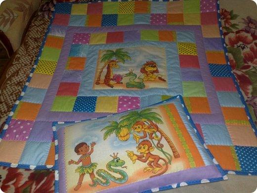 """Одеяло самое простое, как говорят: """"Первый класс, первая четверть"""". Опять """"сломалась"""" схема раскладки квадратов, поэтому по соседству много """"однофамильцев"""". :-))) Одеяло шилось для девочки. Размер одеяла - 150х180 см. фото 17"""