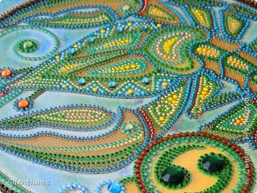 """Всем доброго дня!  Сотворилась еще одна работа по принципу предыдущей - http://stranamasterov.ru/node/1024593  - цветная распечатка под стеклом, а дальше - точки и немного  страз. Размеры 20*20 см. Контуры использовала  фирм """"Декола"""" и """"Таир"""". фото 3"""