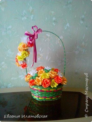 Осенняя корзинка с розами из конфет фото 1