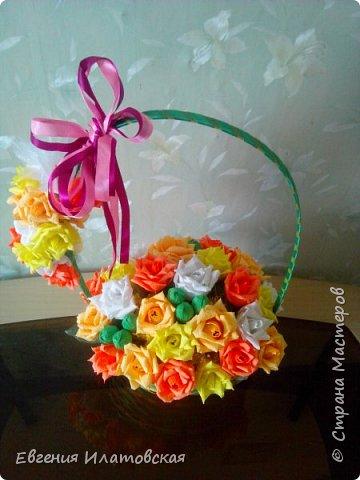 Осенняя корзинка с розами из конфет фото 2