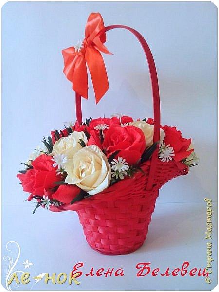 Здравствуйте  все,заглянувшие в гости :-)  Две корзинки создались за последнее время.Первую просили  сделать маленькой и с красными розами.К сожалению в магазине на тот момент оказались маленькими  только красные корзинки.Решила поэксперементировать.Боялась,что краснота все забьет....попыталась ее разбавить... фото 1