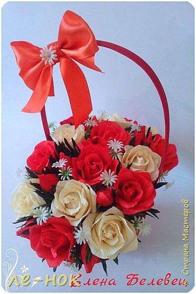 Здравствуйте  все,заглянувшие в гости :-)  Две корзинки создались за последнее время.Первую просили  сделать маленькой и с красными розами.К сожалению в магазине на тот момент оказались маленькими  только красные корзинки.Решила поэксперементировать.Боялась,что краснота все забьет....попыталась ее разбавить... фото 3