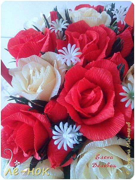 Здравствуйте  все,заглянувшие в гости :-)  Две корзинки создались за последнее время.Первую просили  сделать маленькой и с красными розами.К сожалению в магазине на тот момент оказались маленькими  только красные корзинки.Решила поэксперементировать.Боялась,что краснота все забьет....попыталась ее разбавить... фото 4