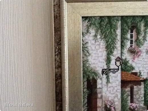 """Готовая вышитая картина ручной работы """"Изумрудное кружево"""" из серии """"Дальние дороги"""" по схеме от торговой марки """"Золотое Руно"""". Работа выполнена на канве """"Аида 14"""" нитками мулине """"Мадейра"""" в техниках крест, полукрест, контур, французские узелки в две нити, в одну нить. Ручная работа оформлена в фирменный багет без стекла """"Золотое Руно"""". Крепление сверху. Размер готовой работы вместе с багетом 32,5 см х 39 см. фото 2"""