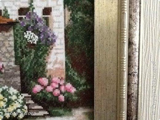 """Готовая вышитая картина ручной работы """"Изумрудное кружево"""" из серии """"Дальние дороги"""" по схеме от торговой марки """"Золотое Руно"""". Работа выполнена на канве """"Аида 14"""" нитками мулине """"Мадейра"""" в техниках крест, полукрест, контур, французские узелки в две нити, в одну нить. Ручная работа оформлена в фирменный багет без стекла """"Золотое Руно"""". Крепление сверху. Размер готовой работы вместе с багетом 32,5 см х 39 см. фото 5"""