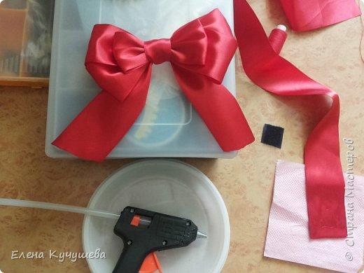 Добрый вечер, всем посетившим мою страничку! У моей  дочки была свадьба 4 июня 2016г. Украшение шариками не хотела. Пришлось украсить зал  атласными лентами  и бумажными цветами.  фото 8