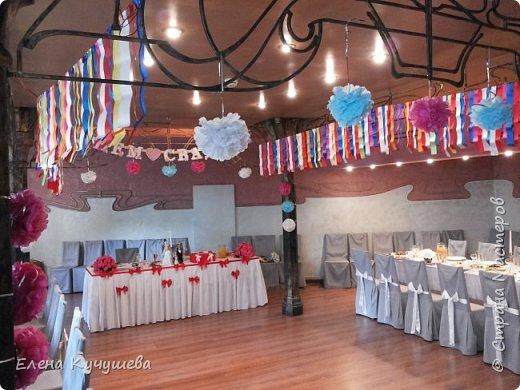 Добрый вечер, всем посетившим мою страничку! У моей  дочки была свадьба 4 июня 2016г. Украшение шариками не хотела. Пришлось украсить зал  атласными лентами  и бумажными цветами.  фото 2