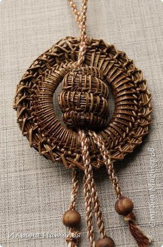 Кулон сплетен безниточным способом из иглы сосны Итальянской. Внутренний диаметр 3 см., внешний - 6,5 см., общая высота 11,5 см. Шнур сплетен вручную методом кумихимо.  фото 3