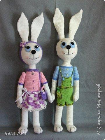 Сколько разных зайцев я связала и не сосчитать, но опять заказ на пару зайцев. Вот мои очередные Малыши, а они и правда малыши ( по моим меркам) рост без учета ушей чуть менее 50 см. фото 1