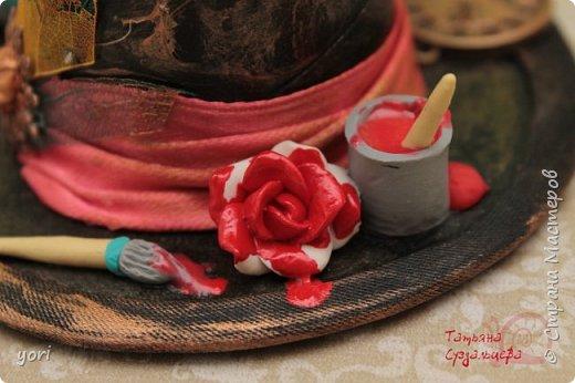 Участвовала в рукодельной игре на тему Алисы. В подарок делала вот такую шкатулочку (втулка от полотенец, картон, бумага для скрапбукинга, ленты и косая бейка, краски акриловые, металличсекая фурнитура, декор из запекаемой пластики) фото 5