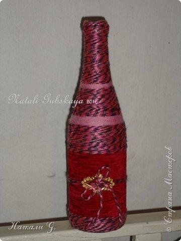 Бутылка  в красно-розовых тонах с золотой пряжкой фото 1