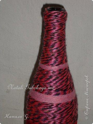 Бутылка  в красно-розовых тонах с золотой пряжкой фото 3