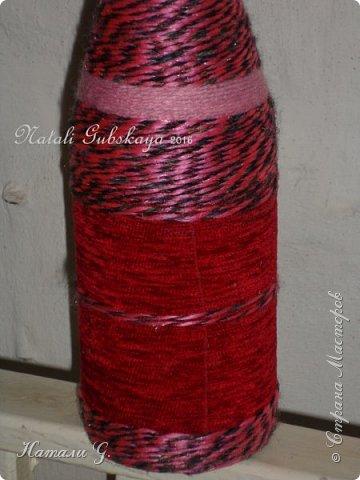 Бутылка  в красно-розовых тонах с золотой пряжкой фото 4