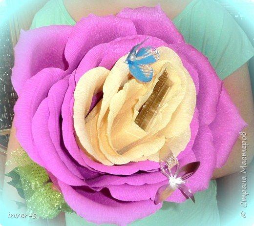 """В этом году по заказу дочери на выпускной  в подарок для учителя  сделала  """"гигантюру"""" - бутон огромной розы )). Во внутрь бутона закрепили небольшую коробочку конфет, которая спокойно без усилия извлекается из серединки бутона. В общем цветок сохраняется на память в первозданном виде, а коробочка конфет съедается при удобном случае.  Если сказать, что учитель был в восторге - это ничего не сказать))).После последнего звонка была организована фото сессия  пед.коллектива и детей с главной ролью нашего цветка)) В общем сюрприз удался!  За основу взяла изготовления большой розы, МК которого нашла на просторах и-нета.  Вот результат ). фото 2"""