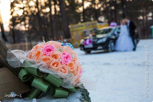По просьбе сестры  сделала вот такой свадебный букет для невесты (сестра выходила замуж). Букет достойно выдержал все свадебные стрессы, порадовал и удивил виновников торжества и гостей.  Это мой дебют и первый опыт - букетик делала впервые. фото 5