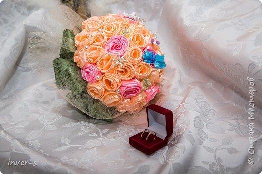 По просьбе сестры  сделала вот такой свадебный букет для невесты (сестра выходила замуж). Букет достойно выдержал все свадебные стрессы, порадовал и удивил виновников торжества и гостей.  Это мой дебют и первый опыт - букетик делала впервые. фото 1