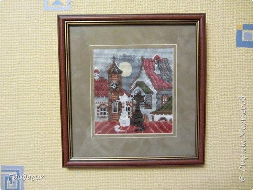 Здрямсти вам!  Очередная серия вышивок, которую я называю Крыши. Готовые наборы фирмы Риолис. Нитки - шерсть/акрил. Соответствующая канва. Вышивала долго и трудно, Первую картинку начала в ноябре 2007, дошила последнюю и оформила все - апрель 2010. фото 3