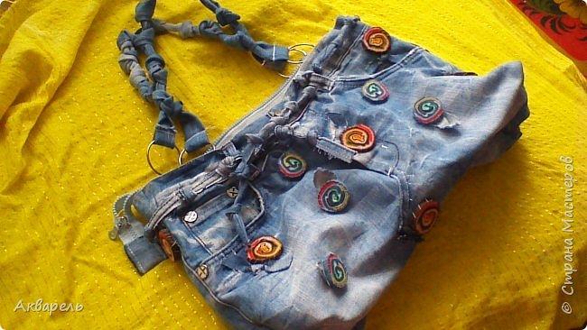 В мае еще, сшила сумку из джинсов. Они были совершенно не ношенные, не разу кроме примерки не одевались, дорогие и качественные. Ну как это бывает, взрослый ребенок не стал их носить по каким то своим причинам и по своему вкусу, так и висели, ждали своего часа. Насмотрелась я таких сумочек в интернете и загорелось. Но шить такой плотную джинсовую ткань довольно трудно, тем более что это переделка и многие плотные части остались на своем месте. фото 4