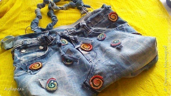 В мае еще, сшила сумку из джинсов. Они были совершенно не ношенные, не разу кроме примерки не одевались, дорогие и качественные. Ну как это бывает, взрослый ребенок не стал их носить по каким то своим причинам и по своему вкусу, так и висели, ждали своего часа. Насмотрелась я таких сумочек в интернете и загорелось. Но шить такой плотную джинсовую ткань довольно трудно, тем более что это переделка и многие плотные части остались на своем месте. фото 5