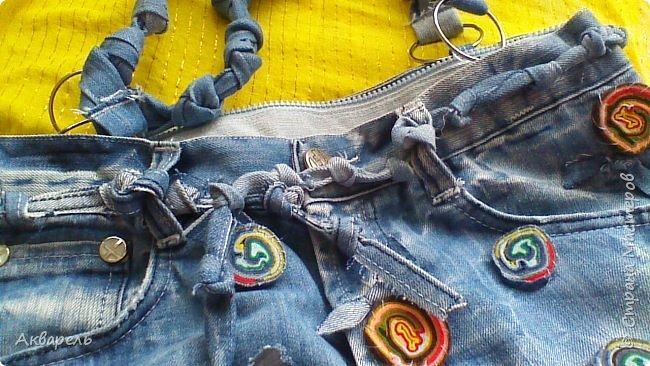 В мае еще, сшила сумку из джинсов. Они были совершенно не ношенные, не разу кроме примерки не одевались, дорогие и качественные. Ну как это бывает, взрослый ребенок не стал их носить по каким то своим причинам и по своему вкусу, так и висели, ждали своего часа. Насмотрелась я таких сумочек в интернете и загорелось. Но шить такой плотную джинсовую ткань довольно трудно, тем более что это переделка и многие плотные части остались на своем месте. фото 1