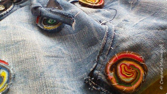 В мае еще, сшила сумку из джинсов. Они были совершенно не ношенные, не разу кроме примерки не одевались, дорогие и качественные. Ну как это бывает, взрослый ребенок не стал их носить по каким то своим причинам и по своему вкусу, так и висели, ждали своего часа. Насмотрелась я таких сумочек в интернете и загорелось. Но шить такой плотную джинсовую ткань довольно трудно, тем более что это переделка и многие плотные части остались на своем месте. фото 6