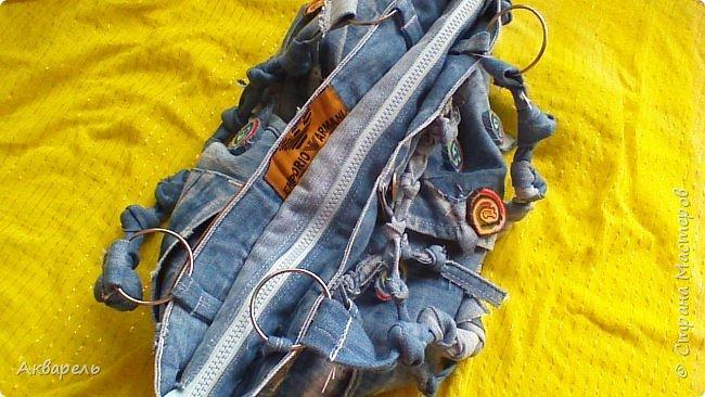 В мае еще, сшила сумку из джинсов. Они были совершенно не ношенные, не разу кроме примерки не одевались, дорогие и качественные. Ну как это бывает, взрослый ребенок не стал их носить по каким то своим причинам и по своему вкусу, так и висели, ждали своего часа. Насмотрелась я таких сумочек в интернете и загорелось. Но шить такой плотную джинсовую ткань довольно трудно, тем более что это переделка и многие плотные части остались на своем месте. фото 3