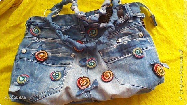 В мае еще, сшила сумку из джинсов. Они были совершенно не ношенные, не разу кроме примерки не одевались, дорогие и качественные. Ну как это бывает, взрослый ребенок не стал их носить по каким то своим причинам и по своему вкусу, так и висели, ждали своего часа. Насмотрелась я таких сумочек в интернете и загорелось. Но шить такой плотную джинсовую ткань довольно трудно, тем более что это переделка и многие плотные части остались на своем месте. фото 8