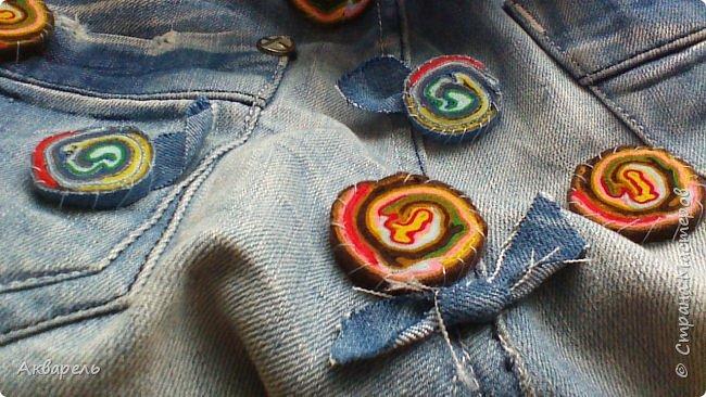 В мае еще, сшила сумку из джинсов. Они были совершенно не ношенные, не разу кроме примерки не одевались, дорогие и качественные. Ну как это бывает, взрослый ребенок не стал их носить по каким то своим причинам и по своему вкусу, так и висели, ждали своего часа. Насмотрелась я таких сумочек в интернете и загорелось. Но шить такой плотную джинсовую ткань довольно трудно, тем более что это переделка и многие плотные части остались на своем месте. фото 9