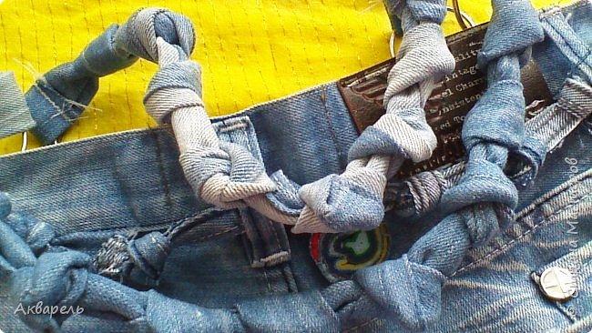 В мае еще, сшила сумку из джинсов. Они были совершенно не ношенные, не разу кроме примерки не одевались, дорогие и качественные. Ну как это бывает, взрослый ребенок не стал их носить по каким то своим причинам и по своему вкусу, так и висели, ждали своего часа. Насмотрелась я таких сумочек в интернете и загорелось. Но шить такой плотную джинсовую ткань довольно трудно, тем более что это переделка и многие плотные части остались на своем месте. фото 10