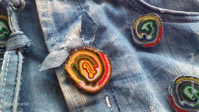 В мае еще, сшила сумку из джинсов. Они были совершенно не ношенные, не разу кроме примерки не одевались, дорогие и качественные. Ну как это бывает, взрослый ребенок не стал их носить по каким то своим причинам и по своему вкусу, так и висели, ждали своего часа. Насмотрелась я таких сумочек в интернете и загорелось. Но шить такой плотную джинсовую ткань довольно трудно, тем более что это переделка и многие плотные части остались на своем месте. фото 11