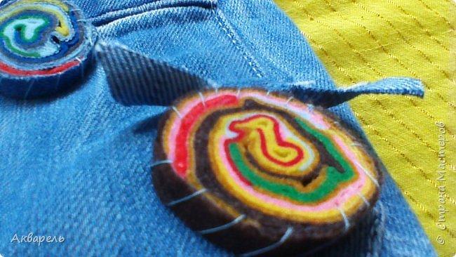 В мае еще, сшила сумку из джинсов. Они были совершенно не ношенные, не разу кроме примерки не одевались, дорогие и качественные. Ну как это бывает, взрослый ребенок не стал их носить по каким то своим причинам и по своему вкусу, так и висели, ждали своего часа. Насмотрелась я таких сумочек в интернете и загорелось. Но шить такой плотную джинсовую ткань довольно трудно, тем более что это переделка и многие плотные части остались на своем месте. фото 14