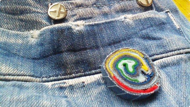 В мае еще, сшила сумку из джинсов. Они были совершенно не ношенные, не разу кроме примерки не одевались, дорогие и качественные. Ну как это бывает, взрослый ребенок не стал их носить по каким то своим причинам и по своему вкусу, так и висели, ждали своего часа. Насмотрелась я таких сумочек в интернете и загорелось. Но шить такой плотную джинсовую ткань довольно трудно, тем более что это переделка и многие плотные части остались на своем месте. фото 15