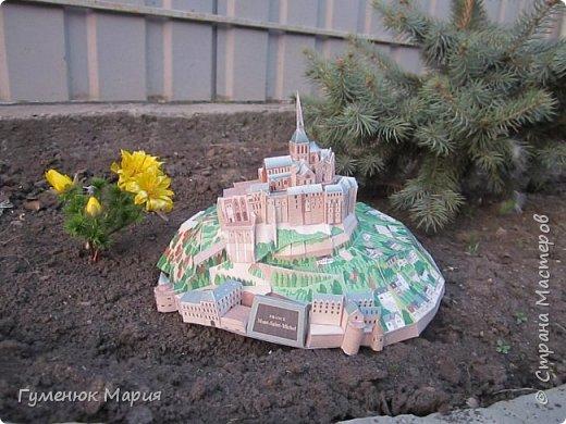 Всем привет! Вот такой проект был задан сыну в школе на уроке технического творчества. Mont Saint-Michel - это замок во Франции. Информацию можна посмотреть  в интернете. Скажу одно - получили много удовольствия пока его строили.  Макет сделан на бумаге для акварели, довольно плотный. Самая маленькая деталь -  5 мм.кв.
