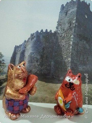 """Кот со стола стянул хачапури (Кстати """"хача"""" это сыр, ну, а хлеб сам - """"пури"""") Не совсем так чтоб """"стянул"""" Ему разрешили, но о том, что кот уж сыт Об этом - забыли )))  Счастьем хочется делиться! Долго кот не мог решиться, Но потом план сам созрел, Как двух пташечек узрел.  На бочек он завалился, Спящий будто притворился. Хачапури наперед! Налетай честной народ!  Вот какой наш ДОБРЫЙ кот...............  )))  Глиняная фигурка        фото 6"""