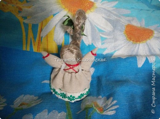 Моя Куколка НА СЧАСТЬЕ...Существуют особенности создания  куколки На Счастье и удачу, и касались они, прежде всего, ее внешнего вида: Подобный оберег создавался исключительно в миниатюрном виде: размер куколки не должен был превышать 5–6 см. Это делалось для того, чтобы у владельца оберега была возможность носить поделку при себе, а не только украшать ею свой дом. Внешне куколка на счастье и удачу изображалась как девочка с очень длинными волосами, заплетенными в косу. Кроме того такая малышка обязательно имела поднятые к верху ручки, словно пыталась дотянуться до солнца. Длинная коса у куклы-оберега должна быть направлена вверх и одновременно вперед. Это помогает магическому предмету лучше способствовать своему владельцу в достижении новых целей и покорении новых вершин. Кроме того подобное расположение волос помогает миниатюрной куколке добиться большей устойчивости на ровной поверхности.  фото 1