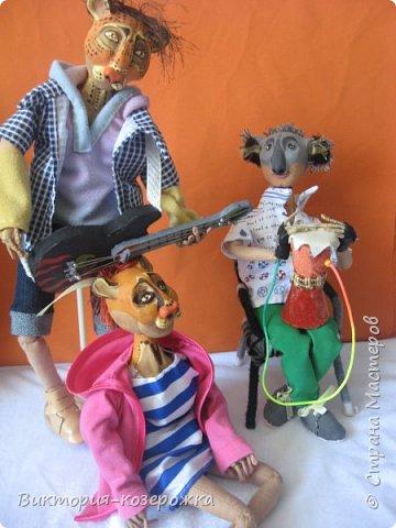 Приветствую вас, уважаемые жители и гости замечательной Страны Мастров! Куклы тоже талантливы! И я вас могу в этом убедить, вам надо только заглянуть в этот блог! Милости прошу!  Ну что ж, в первой части истории «Когда не хватает тяжелого рока», вы познакомились с гитаристом Тровадором и его избранницей художницей Пинторой, которая с удовольствием подпевала музыканту под его переборы на гитаре. Но вот слух о такой музыкальной паре дошел и до одного улыбчивого одинокого паренька.Невысокий, и слегка косолапый Кензенто, очень любил прогулки по утреннему парку и всегда брал с собой там-там. Наблюдал за утренней пробежкой местных спортсменов и частенько подслушивал их разговоры. Вот из одного разговора он узнал о заброшенной стройке, в которой частенько раздаются звуки гитары и напевы голосов.Решил он найти эту заброшенную стройку. фото 5