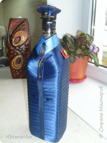 Всем привет! Представляю на суд мастеров вот такой чехольчик на бутылку. Бутылка довольно большая,  на 1 литр из ДьютиФри. Чехол съемный. Такой декор бутылки делался в подарок хорошему знакомому, который работает в милиции. фото 3
