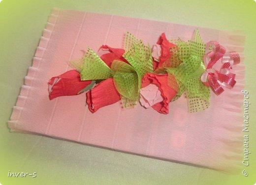 Вот так оригинально к 8 Марта можно оформить обычную плитку шоколада и другие подарки, например, коробку подарочного чая)  Внутри каждого бутона находится конфетка, которая без проблем извлекается из него. Конфетка внутри держится за счет самого бутона цветка, который сделан из итальянской креп бумаги.  Варианты оформления плитки шоколада. фото 5